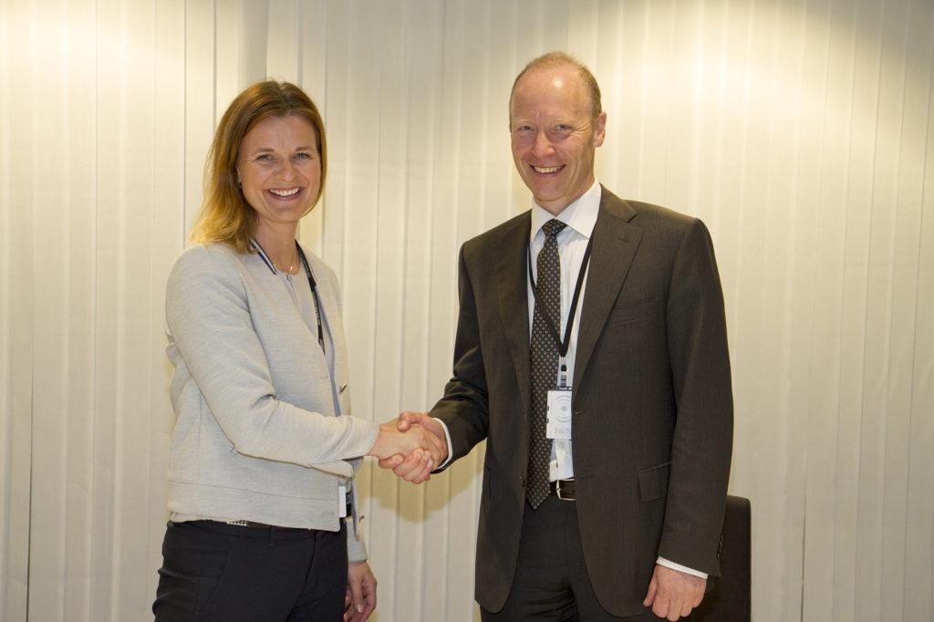 Signerte kontrakten: Camilla Krogh, Konserndirektør Bygg i Skanska og Thor Arne Aass, ekspedisjonssjef i Politiavdelingen i Justis- og beredskapsdepartementet. (Foto: JD).