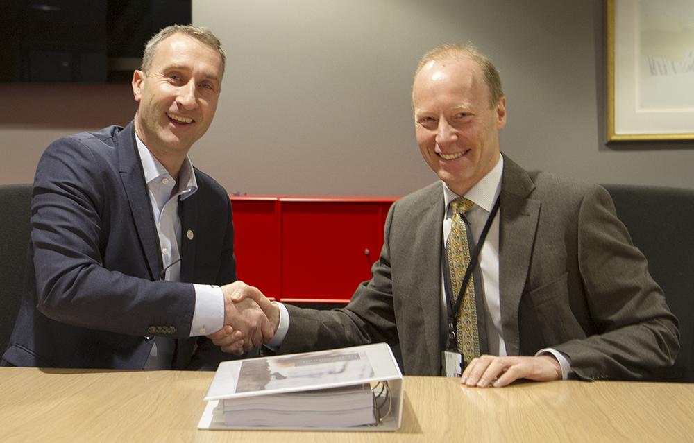 Ståle Rød og Thor Arne Aass etter signering av kontrakten.