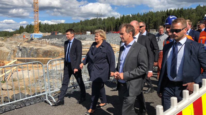 bilde av Statsministeren med Paul Torgersen, prosjektsjef for beredskapssenteret, politidirektør Humlegård, og Jonny Hermansen, prosjektleder i Skanska