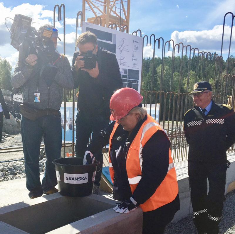Bilde av grunnsteinen som nedlegges av statsminister Erna Solberg. Foto: Guttor Aanes.