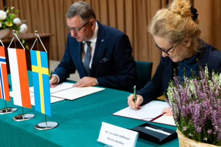 Henryk Bujak, head of IHAR, signed the depositor's agreement with NordGen director Lise Lykke Steffensen, acting on behalf of the Norwegian Ministry for Agriculture and Food.