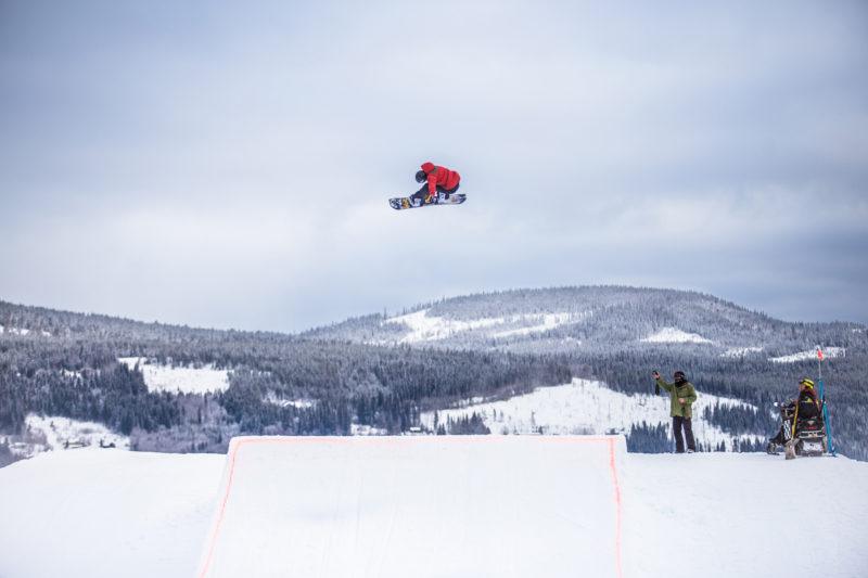 Foto av snøbrett hopper