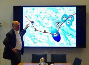 Anders Blom viser eksempler på kumulative effekter på reindriftsnæringen, hvor en rekke inngrep tilsammen kan skape barrierer for flytting av rein.