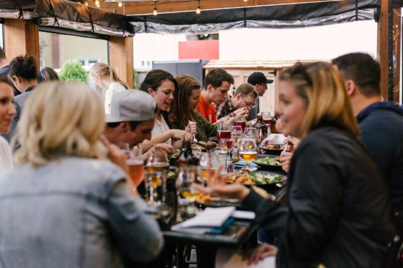 Folk spiser ved et bord