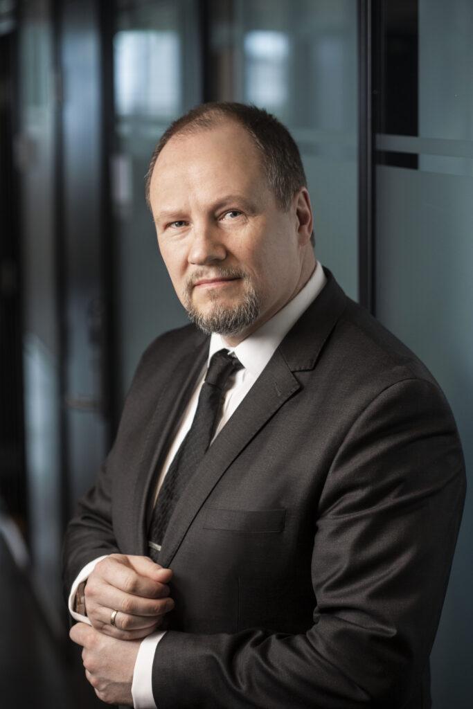 Direktør i SKM Gudmund Gjølstad stående i korridor