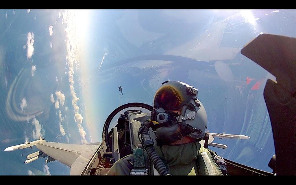 """Her trener Morten på såkalte """"Air Combat Manouvers"""" mot en annen norsk F-16 utstyrt med dagens hjelmsikte. Når Morten ser ut av cockpit får han info om flyet og målet vist i visiret inne i hjelmen."""
