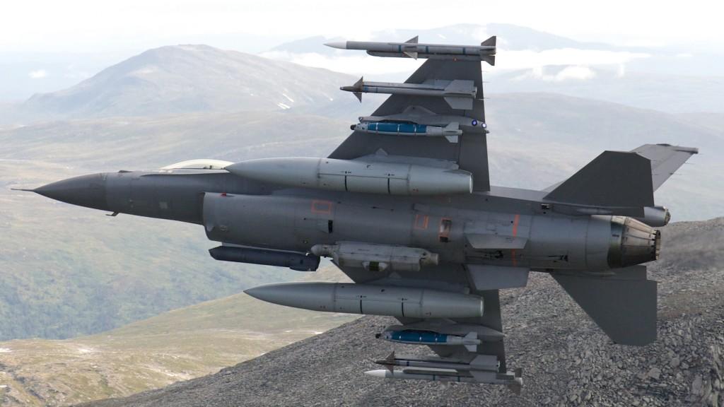 Norsk F-16 med alt nødvendig utstyr mister dessverre mye av ytelsen. Foro: Morten Hanche