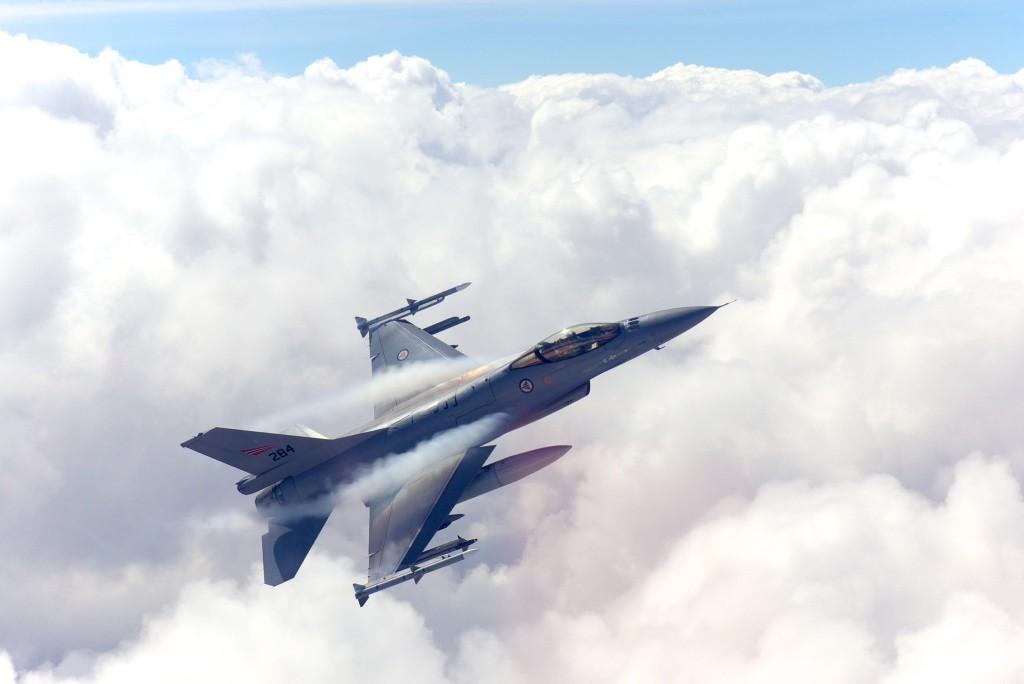 Bildet viser norsk F-16 som manøvrerer over et tett skylag. I denne typen forhold reduseres effekten av optiske sensorer. (Foto: Morten Hanche)