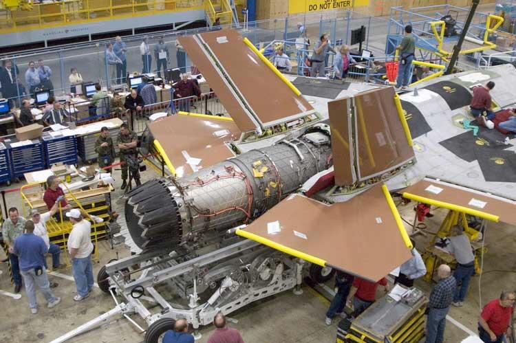Her monteres en F-135-motor i F-35. Motoren, som produseres av Pratt & Whitney, har en maksimal skyvekraft på 40,000 pund, eller nesten dobbelt så mye som dagens norske F-16-motorer. Foto: Joint Strike Fighter Program