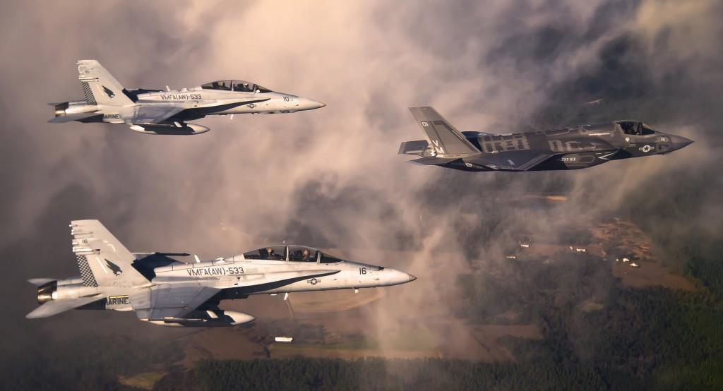 En F-35B sammen med to F/A-18 Hornet, alle tilhørende det amerikanske marineinfanteriet. Foto: US Air Force