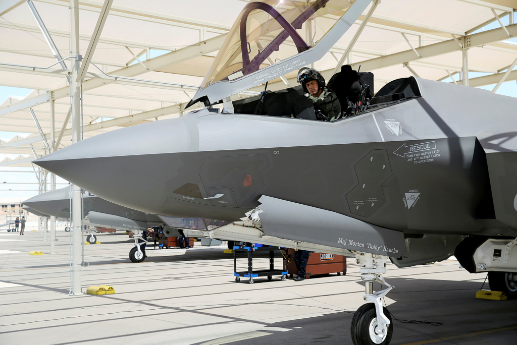 Morten sier at han bruker mye av tiden mens han venter på at datasystemene skal starte til å spenne seg selv fast og forberede alt personlig utstyr. Foto: USAF