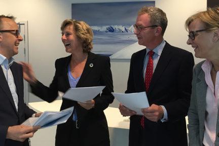 Det var god stemning da administrerende direktør Oluf Ulseth (til venstre) og Sigrid Hjørnegård (til høyre), direktør for fornybar energi, klima og miljø, i Energi Norge overleverte sitt innspill til Connie Hedegaard og Idar Kreutzer i Regjeringens ekspertutvalg for grønn konkurransekraft. Energi Norge mener det er store muligheter for grønn konkurransekraft i fornybærnæringen.