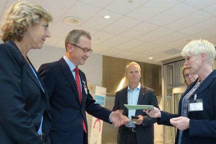 På vegne av verdikjeden Skog og Tre overrakte Heidi E. Finstad i Treindustrien i dag Veikart for grønn konkurransekraft for skog- og trenæringen til Idar Kreutzer og Connie Hedegaard i regjeringens ekspertutvalg for grønn konkurransekraft.