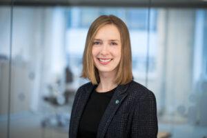 Bilde av næringsminister Iselin Nybø som smiler formelt kledd med dressjakke og Venstrepin i jakkeslaget.