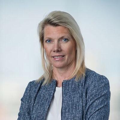 Bilde av Kjerstin Braathen i blå dressjakke som ser inn i kamera.