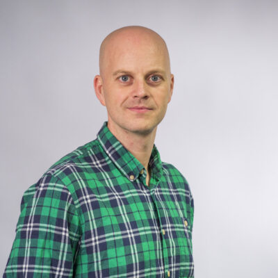 Bilde av Martin Larsen Hirth i grønn skjorte som ser inn i kameraet